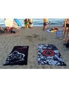 Bestial Wolf en la Playa, toallas y chanclas